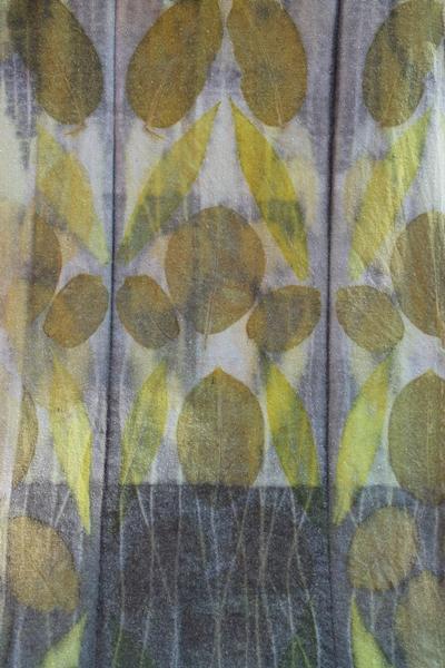 Walnuss- und Goldrutenblätter auf Bouretteseide
